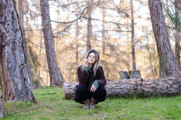 女性 森の中