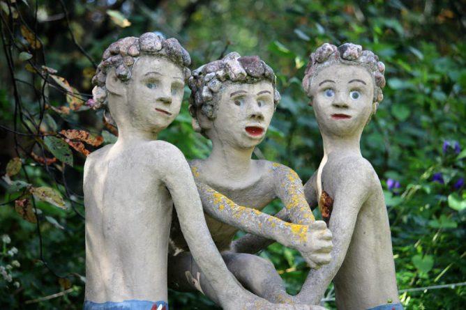 メルヘンの像が3体ある画像