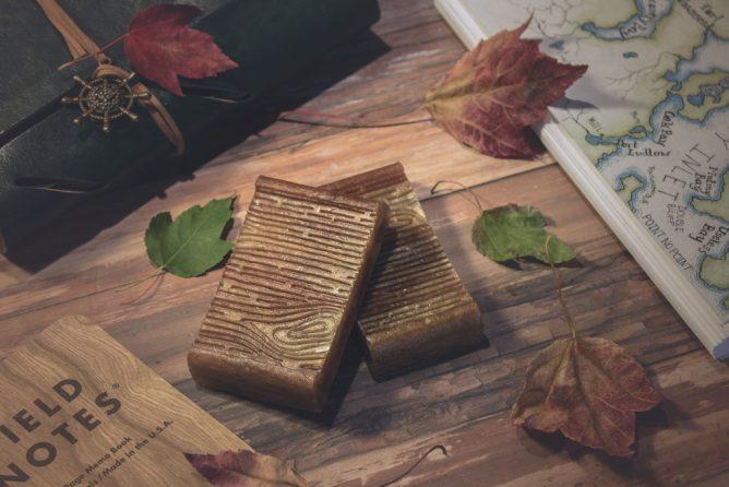 木の机と本がある画像