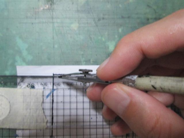 四コマ漫画の枠線にペン入れをしている画像
