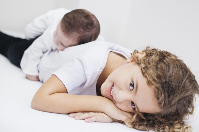 少女と赤ちゃんがいる画像
