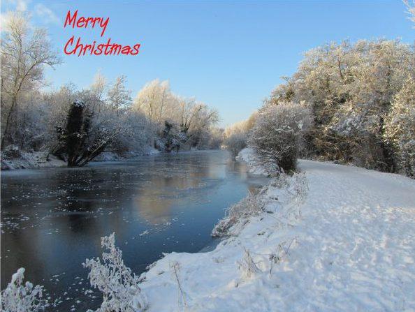川のある雪景色の画像