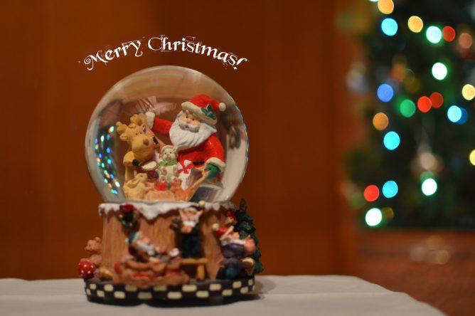 サンタクロースのおもちゃがある画像