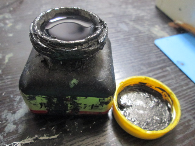墨を容器の口ギリギリまで張ってある画像