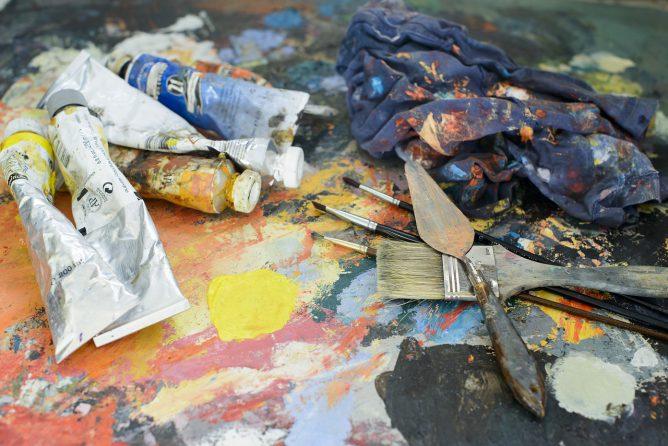 油彩の絵の具やパレットがある画像