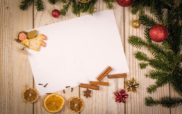 木の机に紙が置いてある画像