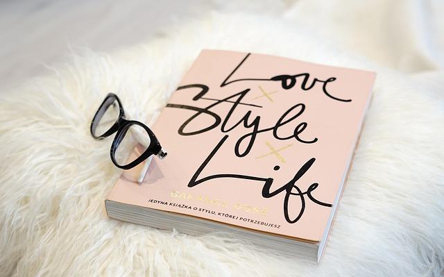 眼鏡と本が置いてある画像