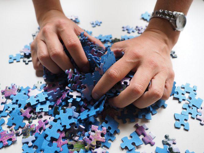 パズルを集めている手がある画像