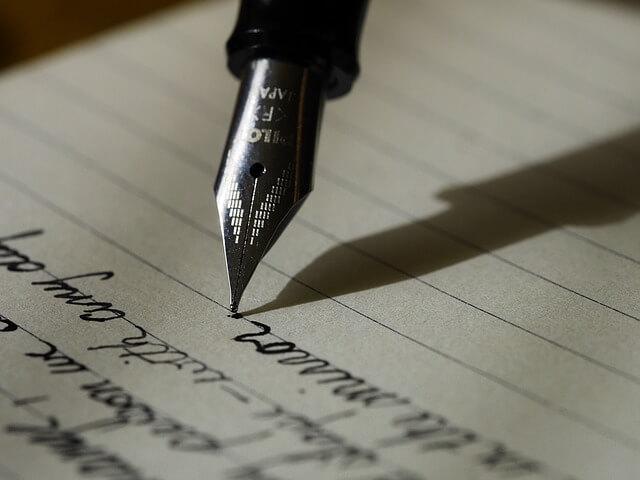 万年筆で文字を書いている画像