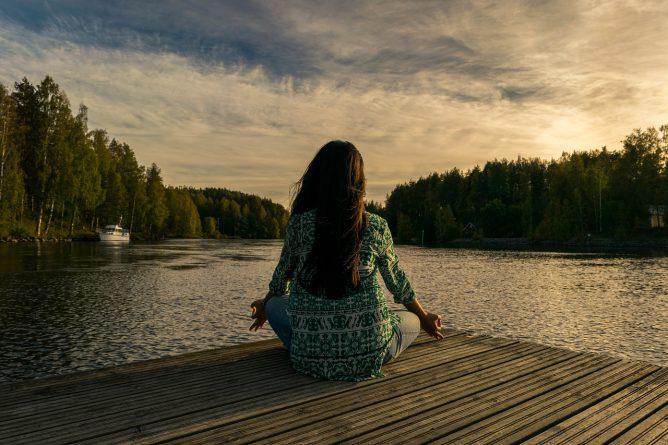 瞑想をしている女性の画像