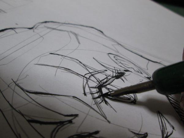 丸ペンで女性のまつ毛をベタ塗りしている画像