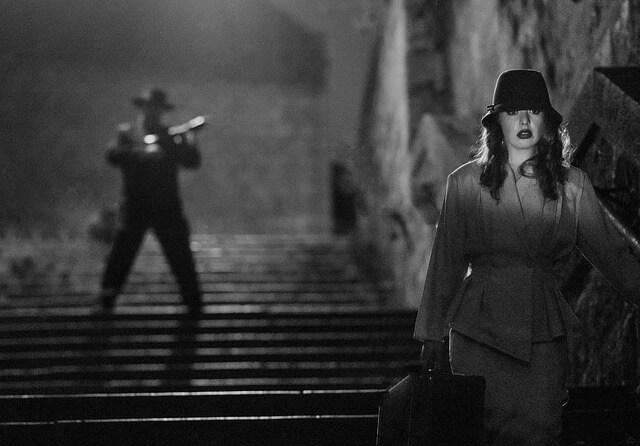 女性と男が階段にいる画像