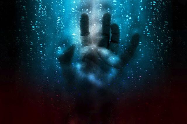 水のなかに手がある画像