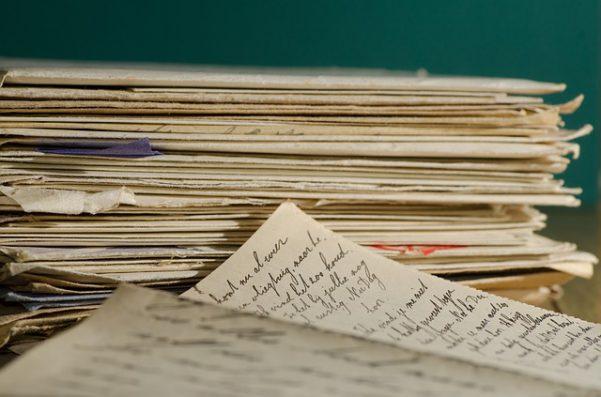 手紙が積んである画像