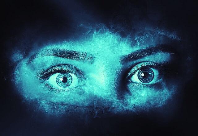 女性の目がある画像