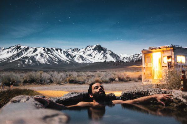 温泉に入る男性がいる画像