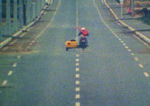 バイクで走り去るジローの画像