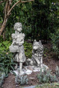 赤ずきんと狼の像がある画像