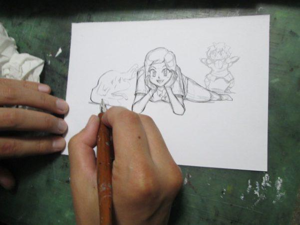 イラストにペン入れをしている画像