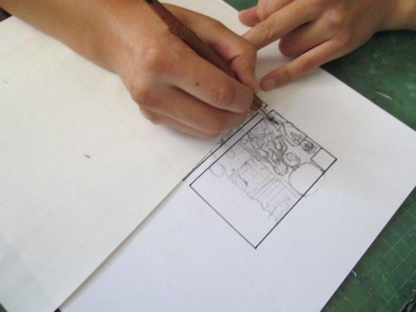 漫画のペン入れをしている画像