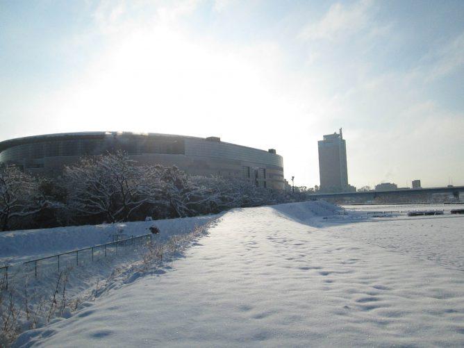 グリーンドームを前にした雪景色