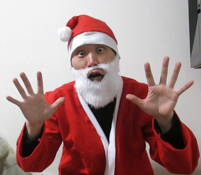 サンタクロースのコスプレをする男の画像