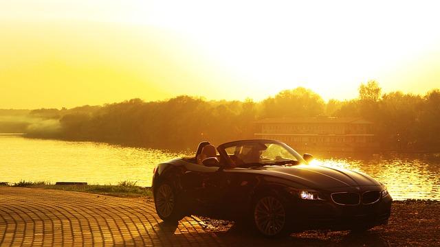 夕日を浴びる車の画像