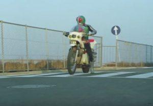 新1号仮面ライダーがバイクに乗ってる画像