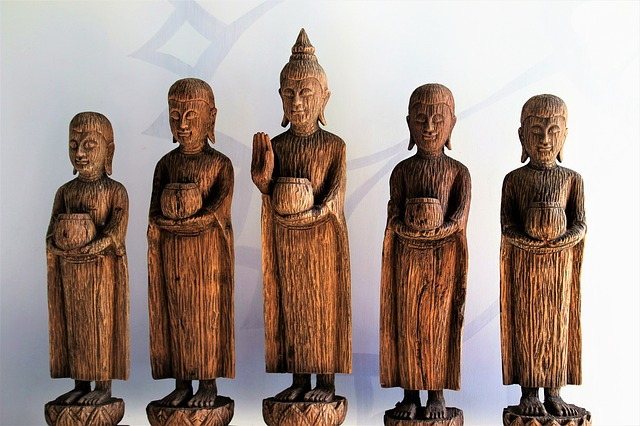 仏の木像がある画像