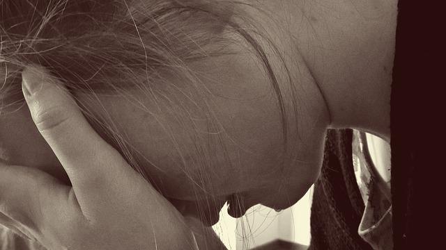 落ち込む少女の画像